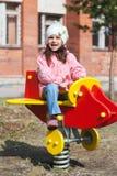 Λίγο αστείο κορίτσι που παίζει στην παιδική χαρά Στοκ Φωτογραφίες