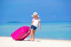 Λίγο λατρευτό κορίτσι με τη μεγάλη τσάντα στην άσπρη παραλία Στοκ φωτογραφίες με δικαίωμα ελεύθερης χρήσης
