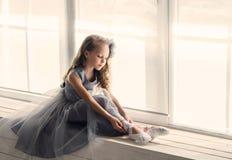 Λίγο λατρευτό νέο ballerina σε μια εύθυμη διάθεση στο διά στοκ φωτογραφίες με δικαίωμα ελεύθερης χρήσης