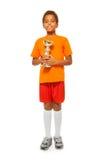 Λίγο αφρικανικό αγόρι με το φλυτζάνι βραβείων στο αθλητικό παιχνίδι Στοκ Εικόνα