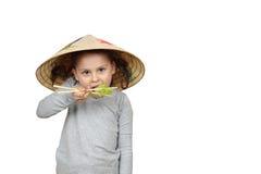 Λίγο βιετναμέζικο κορίτσι τρώει το μαρούλι με chopsticks που απομονώνονται επάνω στοκ φωτογραφίες με δικαίωμα ελεύθερης χρήσης