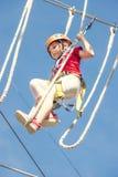 Λίγο γενναίο καυκάσιο κορίτσι υπαίθριο treetop που αναρριχείται στο πάρκο περιπέτειας στοκ φωτογραφίες με δικαίωμα ελεύθερης χρήσης