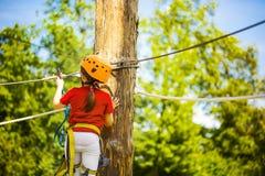 Λίγο γενναίο καυκάσιο κορίτσι treerunner στερεώνει το rollclip πρίν αναρριχείται στοκ φωτογραφία με δικαίωμα ελεύθερης χρήσης