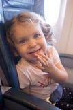 Λίγο γελώντας κορίτσι ταξιδεύει με το αεροπλάνο Στοκ Φωτογραφίες