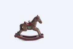 Λίγο εκλεκτής ποιότητας άλογο λικνίσματος παιχνιδιών σε ένα άσπρο υπόβαθρο στοκ φωτογραφία