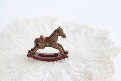 Λίγο εκλεκτής ποιότητας άλογο λικνίσματος παιχνιδιών σε μια πετσέτα στο άσπρο υπόβαθρο Στοκ φωτογραφίες με δικαίωμα ελεύθερης χρήσης
