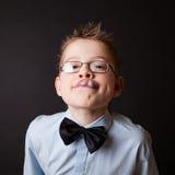 Λίγο ευτυχές αγόρι που παρουσιάζει γλώσσα του στοκ φωτογραφία