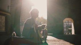 Λίγο ευτυχές αγόρι στον αναβάτη άνοιξη αλόγων o Χαριτωμένα καυκάσια χαμόγελα αγοριών με μια teddy αρκούδα στην παιδική χαρά απόθεμα βίντεο