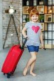 Λίγο ευτυχές κορίτσι με τη βαλίτσα Έννοια, τρόπος ζωής, παιδική ηλικία, στοκ εικόνα