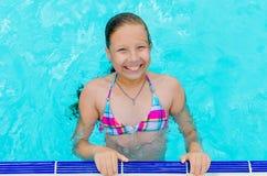 Λίγο ευτυχές κορίτσι στη λίμνη Στοκ Φωτογραφίες