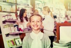 Λίγο ευτυχές κορίτσι στο φαρμακείο με τους γονείς και το φαρμακοποιό στοκ φωτογραφίες