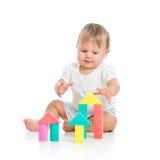 Λίγο εύθυμο μωρό που παίζει με το σύνολο κατασκευής Στοκ φωτογραφίες με δικαίωμα ελεύθερης χρήσης