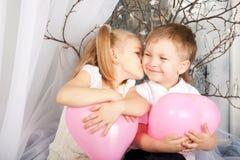 Λίγο ζεύγος των παιδιών που αγκαλιάζουν, φίλημα Στοκ φωτογραφίες με δικαίωμα ελεύθερης χρήσης