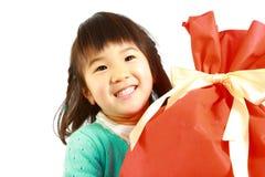 Λίγο ιαπωνικό κορίτσι με το μεγάλο gift  Στοκ φωτογραφία με δικαίωμα ελεύθερης χρήσης