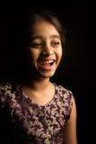 Λίγο ινδικό κορίτσι στο παραδοσιακό φόρεμα, που απομονώνεται στο μαύρο υπόβαθρο Στοκ Εικόνες