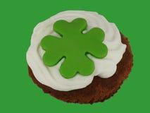 Λίγο κέικ με την κρέμα και το πράσινο cloverleaf Στοκ εικόνα με δικαίωμα ελεύθερης χρήσης