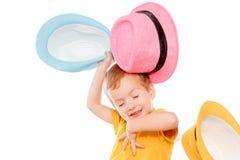 Λίγο καυκάσιο αγόρι στο καπέλο χορεύει, απομονωμένο λευκό Λίγο χαριτωμένο εύθυμο παιδί χιούμορ χορεύει στο άσπρο υπόβαθρο Στοκ εικόνα με δικαίωμα ελεύθερης χρήσης