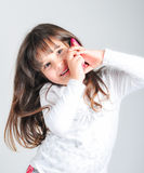 Λίγο καυκάσιο κορίτσι με το τηλέφωνο κυττάρων στοκ φωτογραφίες με δικαίωμα ελεύθερης χρήσης