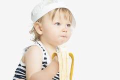 Λίγο καυκάσιο κορίτσι που τρώει την μπανάνα Στοκ εικόνες με δικαίωμα ελεύθερης χρήσης