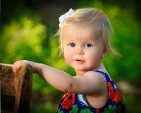 Λίγο καυκάσιο μικρό παιδί στέκεται την καρέκλα για την υποστήριξη έξω στοκ φωτογραφίες με δικαίωμα ελεύθερης χρήσης
