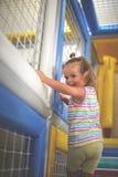 Λίγο καυκάσιο μωρό στην παιδική χαρά Το μικρό κορίτσι αναρριχείται επάνω στο ST στοκ εικόνες με δικαίωμα ελεύθερης χρήσης