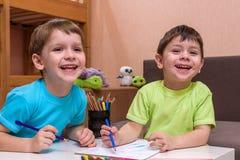 Λίγο καυκάσιο παιδί που παίζει με τα μέρη του ζωηρόχρωμου πλαστικού εμποδίζει εσωτερικό Αγόρι παιδιών που φορά το πουκάμισο και π Στοκ φωτογραφία με δικαίωμα ελεύθερης χρήσης