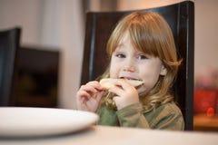 Λίγο κοίταγμα μερίδας πιτσών δαγκώματος παιδιών Στοκ φωτογραφίες με δικαίωμα ελεύθερης χρήσης