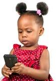Λίγο κορίτσι αφροαμερικάνων με το κινητό τηλέφωνο Στοκ εικόνες με δικαίωμα ελεύθερης χρήσης