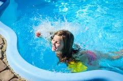 Λίγο κορίτσι διασκέδασης είναι πισίνα στοκ φωτογραφία με δικαίωμα ελεύθερης χρήσης