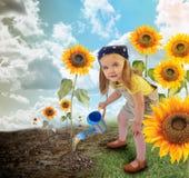 Λίγο κορίτσι κηπουρών ηλίανθων στη φύση Στοκ Φωτογραφίες