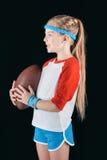 Λίγο κορίτσι με τη σφαίρα ράγκμπι που απομονώνεται αθλητικό στο Μαύρο Στοκ Φωτογραφία