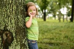 Λίγο κορίτσι μικρών παιδιών που παίζει στο πάρκο Στοκ Φωτογραφία