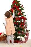 Λίγο κορίτσι μικρών παιδιών διακοσμεί το χριστουγεννιάτικο δέντρο Στοκ Εικόνα