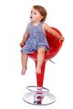 Λίγο κορίτσι μικρών παιδιών στο κόκκινο σκαμνί φραγμών Στοκ φωτογραφία με δικαίωμα ελεύθερης χρήσης