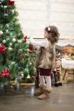 Λίγο κορίτσι παιδιών που διακοσμεί το χριστουγεννιάτικο δέντρο με τις σφαίρες στο σπίτι, στο εσωτερικό κλείστε επάνω Έννοια Χριστ στοκ φωτογραφίες με δικαίωμα ελεύθερης χρήσης