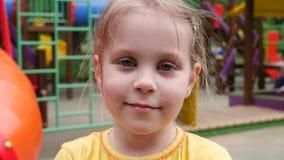 Λίγο κορίτσι παιδιών χτυπά τα χέρια κάποιου στην παιδική χαρά απόθεμα βίντεο