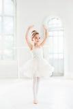 Λίγο κορίτσι ballerina σε ένα tutu Λατρευτό κλασσικό μπαλέτο χορού παιδιών σε ένα άσπρο στούντιο Στοκ εικόνα με δικαίωμα ελεύθερης χρήσης