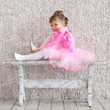 Λίγο κορίτσι ballerina στο ρόδινο φόρεμα μπαλέτου πρόβα Στοκ φωτογραφία με δικαίωμα ελεύθερης χρήσης