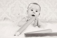 Λίγο κοριτσάκι με τα μεγάλα κραγιόνια Στοκ Φωτογραφία