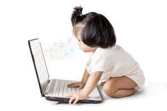 Λίγο κοριτσάκι με το lap-top Στοκ φωτογραφία με δικαίωμα ελεύθερης χρήσης