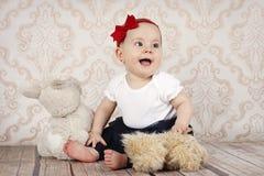 Λίγο κοριτσάκι που παίζει με τα παιχνίδια βελούδου Στοκ Φωτογραφίες