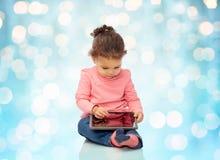 Λίγο κοριτσάκι που παίζει με τον υπολογιστή PC ταμπλετών Στοκ Φωτογραφίες