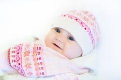 Λίγο κοριτσάκι σε ένα ρόδινα καπέλο και ένα μαντίλι στοκ εικόνες