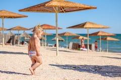 Λίγο κοριτσάκι στην παραλία Στοκ Εικόνα