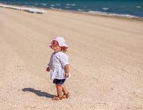 Λίγο κοριτσάκι στην παραλία Στοκ εικόνα με δικαίωμα ελεύθερης χρήσης