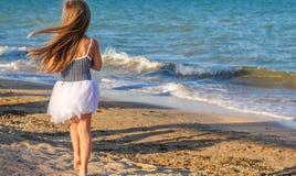 Λίγο κοριτσάκι στην παραλία Στοκ φωτογραφία με δικαίωμα ελεύθερης χρήσης