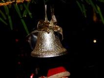 Λίγο κουδούνι που κρεμά στο χριστουγεννιάτικο δέντρο Στοκ εικόνα με δικαίωμα ελεύθερης χρήσης
