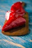 Λίγο κόκκινο - καυτό πιπέρι τσίλι από το τυρί που γεμίζει στο ξύλινο κουτάλι Στοκ εικόνες με δικαίωμα ελεύθερης χρήσης