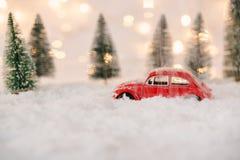 Λίγο κόκκινο παιχνίδι αυτοκινήτων κόλλησε στο χιόνι Στοκ Εικόνα