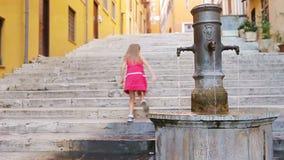 Λίγο λατρευτό πόσιμο νερό κοριτσιών από τη βρύση έξω στην καυτή θερινή ημέρα στη Ρώμη, Ιταλία απόθεμα βίντεο